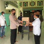 Jalin Silaturahmi, Kapolres Bone Bolango Bagikan 30 Kitab Al-Qur'an Ke Masjid Al-Mutaqadir