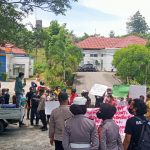 Polisi Hentikan dan Bubarkan Orasi Massa Aksi di Depan Kantor Pemdes Kabupaten Bone Bolango