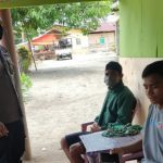 Anggota Bhabinkamtibmas Polsek Tolinggula Memberikan Peringatan Persuasif Kepada Komunitas Warga Desa Bohulo Dan Ingatkan Tentang 3M