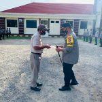 Kapolres Pohuwato Beri Penghargaan Kepada Personil PNS Polri