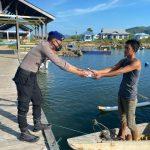 Wujud Kepedulian Polri, Polair Polda Gorontalo Hadir Bagikan Takjil Ke Para Nelayan