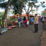 Sinergritas Polsek Tibawa Bersama TNI Himbau Warga Patuhi Prokes di Pasar