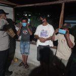 Antisipasi Kerumunan, Personel Binmas Polda Gorontalo Hadir Ditengah Warga Berikan Penyuluhan dan Bagikan Masker Gratis