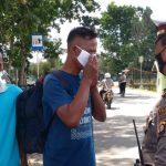 Lalu Lintas Polres Gorontalo Edukasi Pengendara Dengan Membagikan Masker